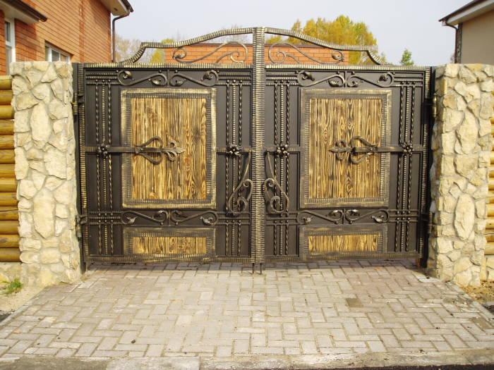 Распашные металлические ворота для настоящих ценителей старины.