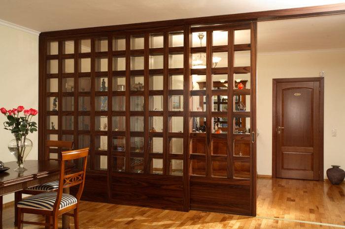 Классическая деревянная перегородка позволит оптимально разделить пространство.