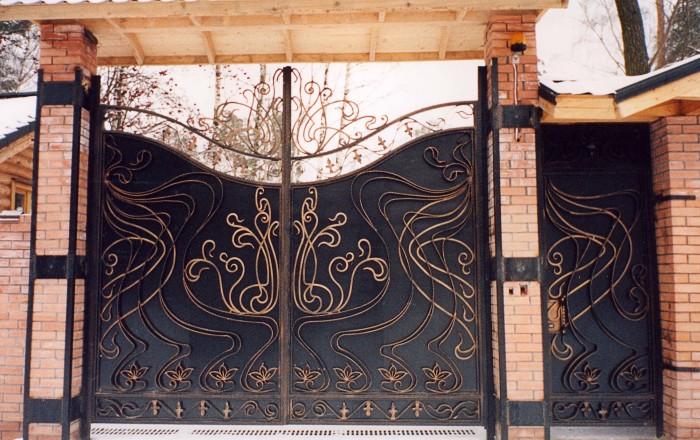 Распашные кованные ворота с поликарбонатом - отличное решение для загородного участка.