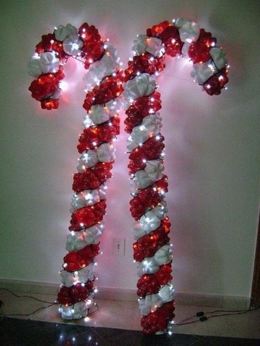 Декоративные тросточки из пластиковых бутылок - отличное украшение на Новый Год.