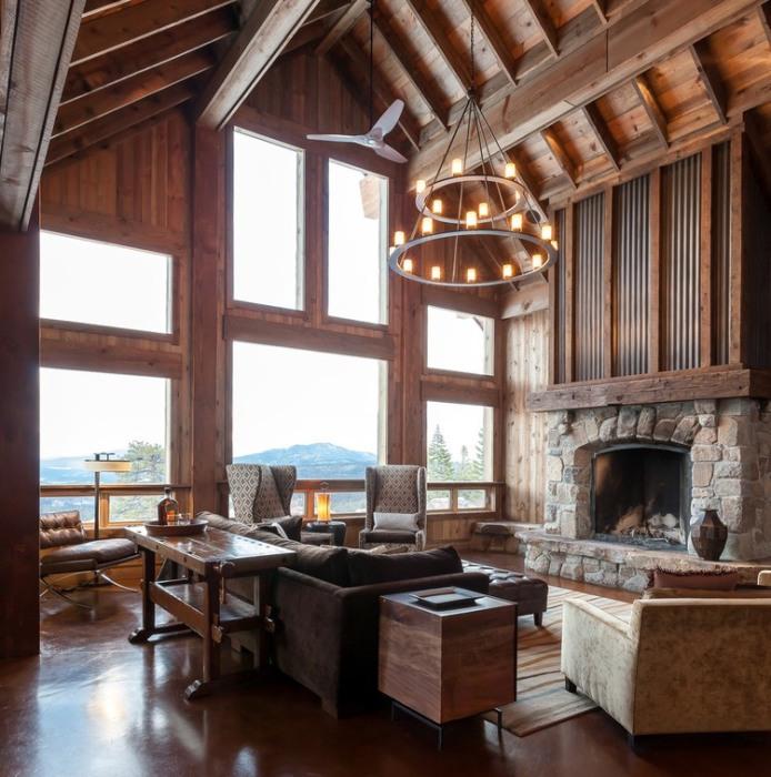 Гостиная комната с высокими потолками и декоративным камином.
