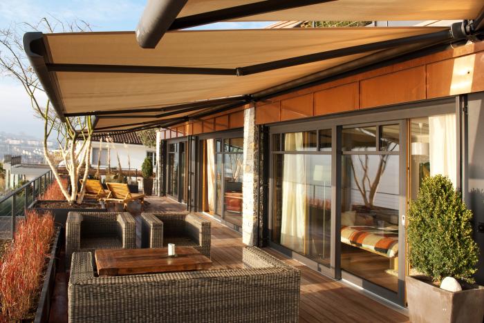 Тераса, ідеально гармоніює з архітектурним стилем заміського будинку.