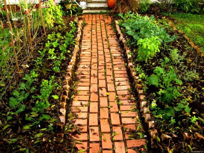 Садовая дорожка, выложенная из красного кирпича.