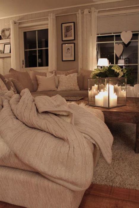 Романтическая обстановка и бежевый дизайн гостиной комнаты.