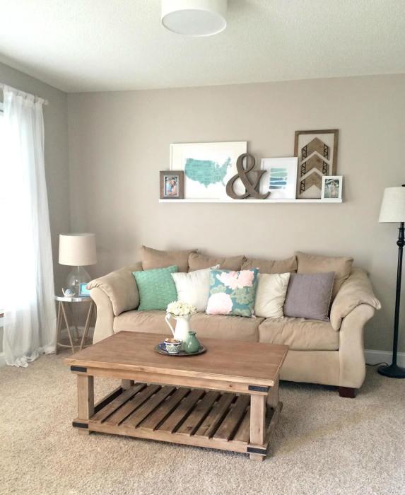 Светло-синие предметы в гостиной комнате - это отличное дополнение к основному стилистическому направлению.