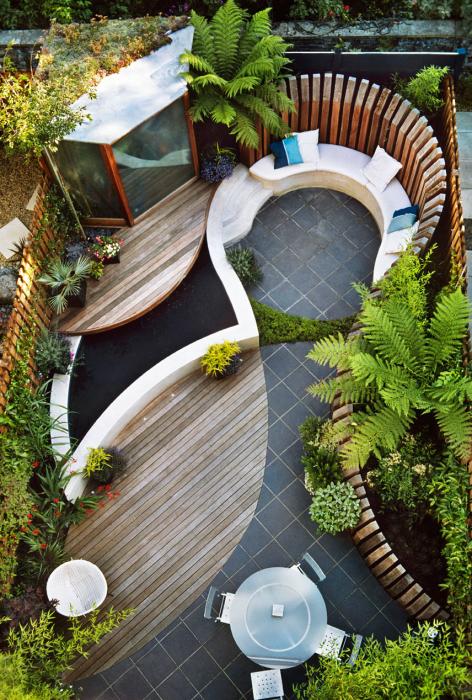 Зона отдыха, оформленная в маленьком дворике для комфортного времяпровождения.