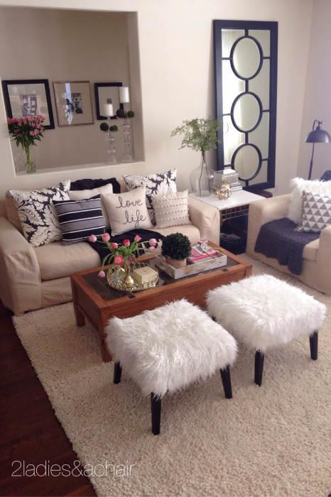 Небольшая гостиная комната в бежевых тонах и с множеством декоративных элементов, которая выглядит идеально аккуратно.