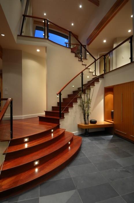 Деревянная лестница может стать своеобразной визитной карточкой вашего дома.