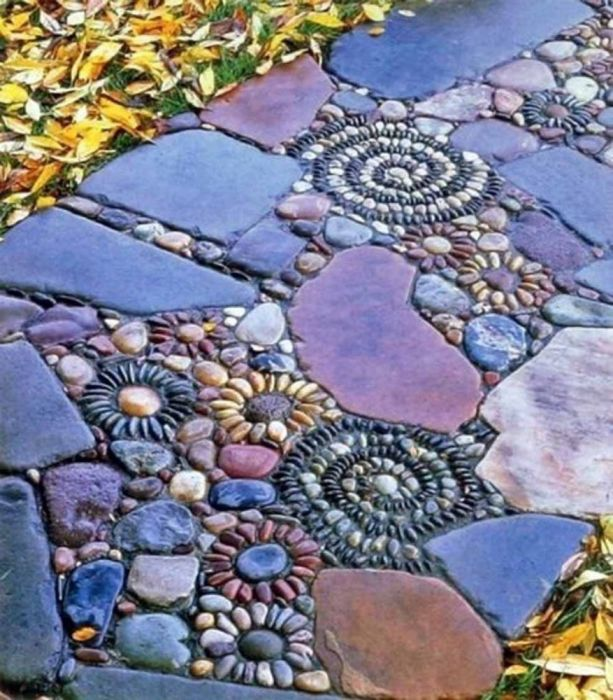 Оригинальная садовая дорожка с мозаикой -<br> отличное решение для современного ландшафтного дизайна.