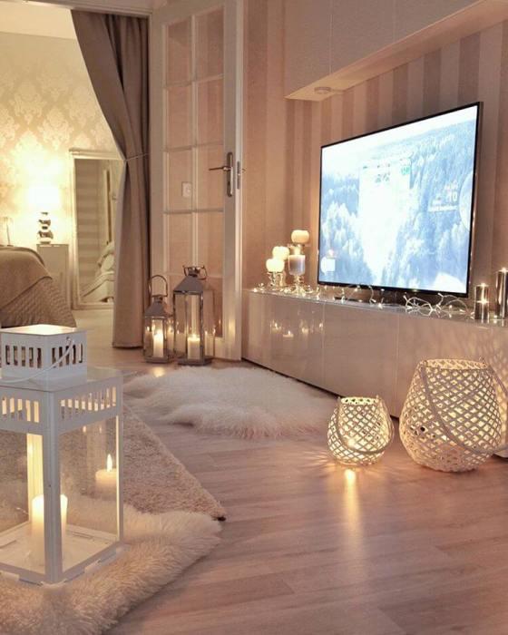 Романтическое освещение в интерьере гостиной комнаты.