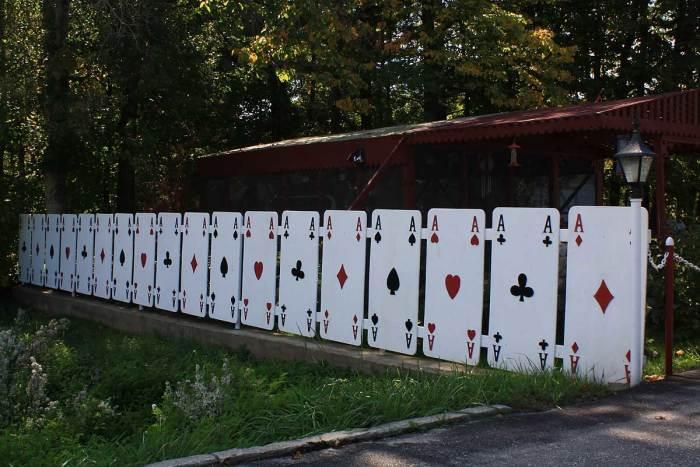 Ограждение в виде колоды игральных карт для настоящих любителей азартных игр.