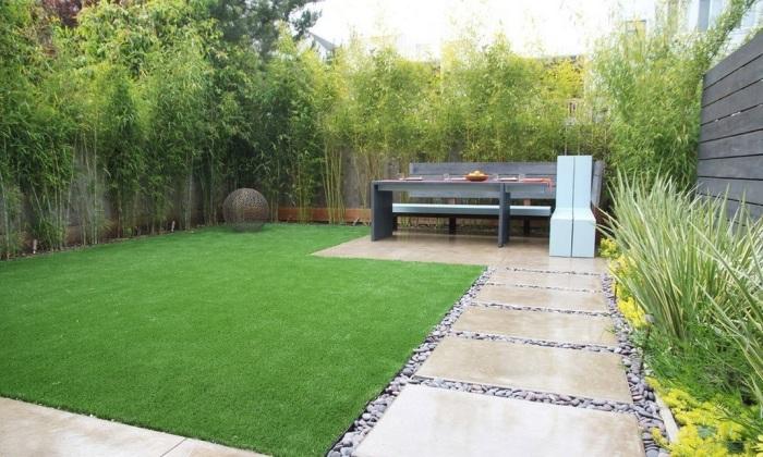 Уютное место для отдыха, мелкая газонная трава и высокие деревья, которые не только украсят садовый участок, но и защитят его от ветра.