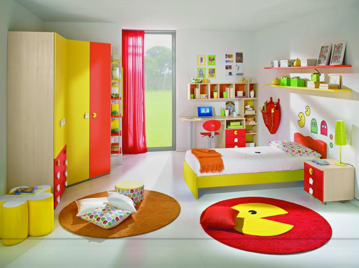 Необычный дизайн детской комнаты с акцентом на насыщенность цвета дополнительных элементов.