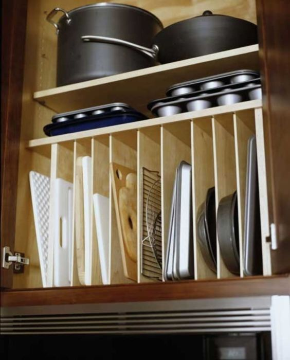 Для правильного и удобного хранения кухонных принадлежностей можно использовать шкафы с секциями.
