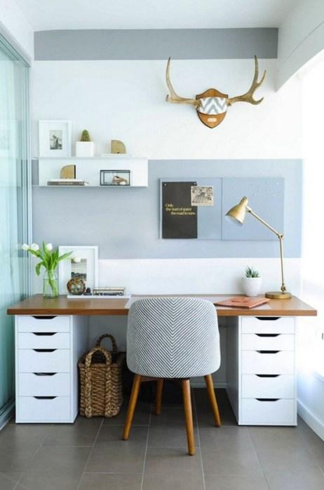 Деревянный стол с белыми шкафчиками станут эффектным дополнением в интерьере небольшого кабинета.