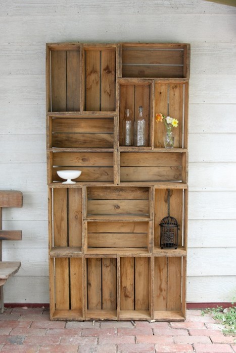 Деревянный стеллаж из старых ящиков гармонично впишется в интерьер в стиле кантри.