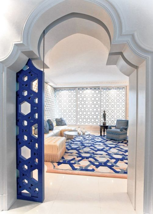 Арабский стиль в интерьере не предполагает скучных и однотонных межкомнатных дверей.