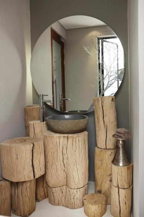 Пни из натуральной древесины в интерьере современной ванной комнаты.