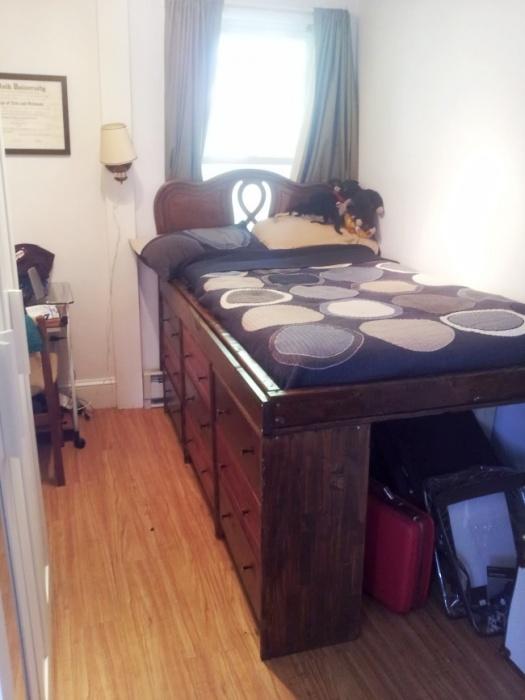 Кровать как акцентный элемент в минималистском интерьере спальной комнаты.