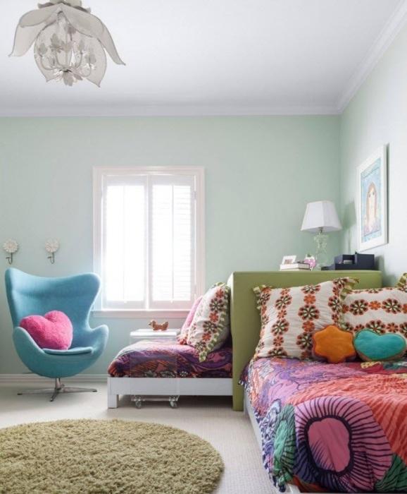 Классическое круглое высоковорсное ковровое изделие в спальной комнате.