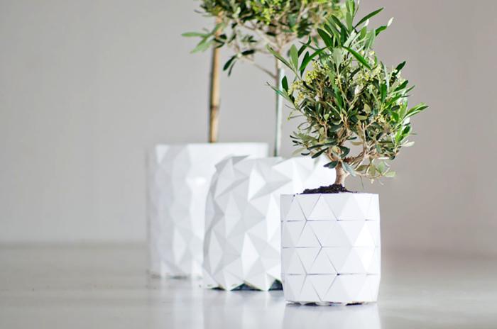 Забавні білі керамічні горщики, які можна використовувати як в інтер'єрі, так і в ландшафтному дизайні.