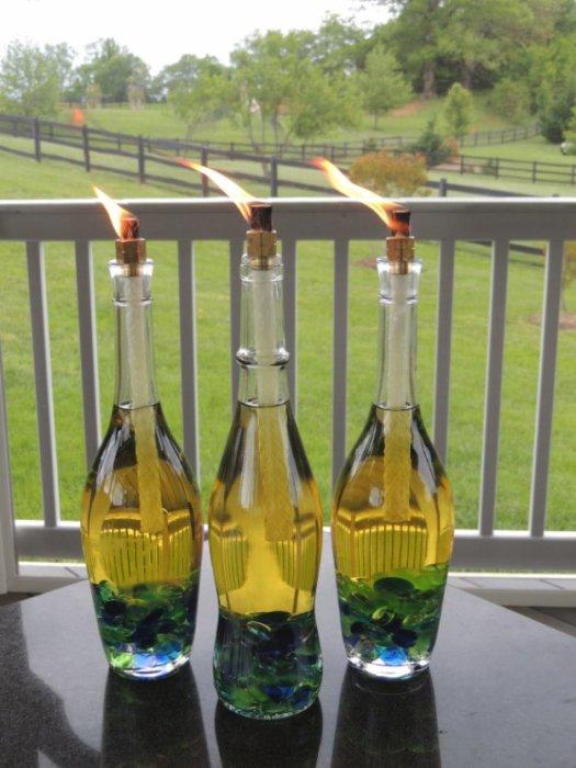 Из старых стеклянных бутылок можно сделать оригинальные подсвечники, которые станут настоящей изюминкой на дачном участке.