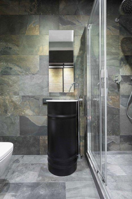 Раковина из старой покрашенной бочки выглядит необычно и подходит для любой стилистики ванной комнаты.