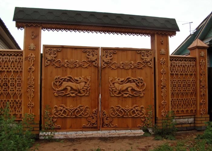 Деревянные распашные ворота с по-настоящему необычными рисунками.
