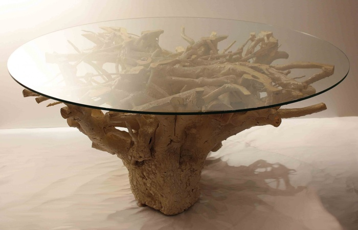 Великолепный журнальный столик из большой обработанной коряги.