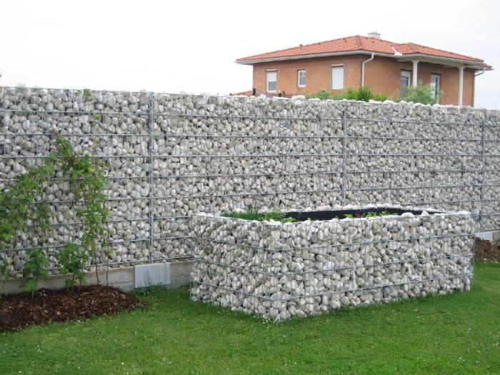 Камень и металл - натуральные материалы, которые отлично подойдут для любого загородного участка.