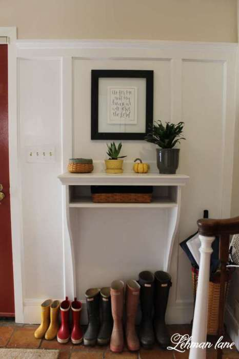 Идеальный вариант для маленькой прихожей - встроенная в стену конструкция.