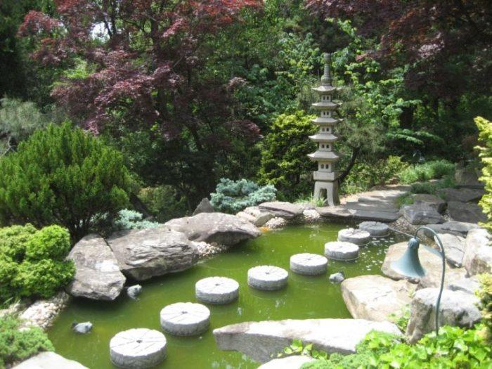 Гармоничное сочетание небольшого водоема и каменной композиции в восточном стиле.
