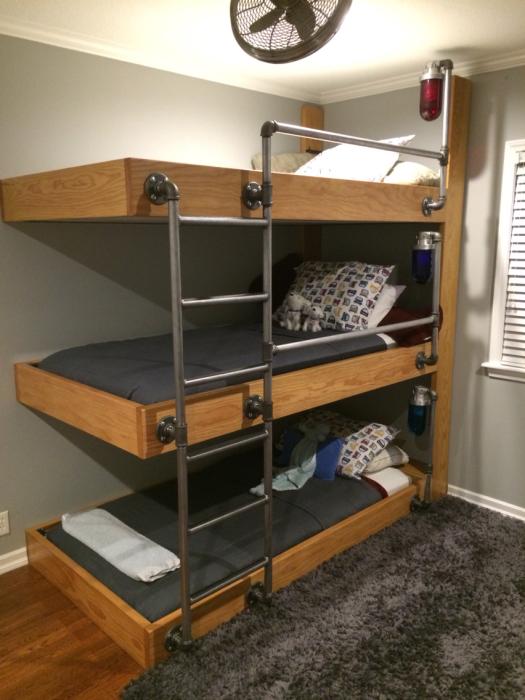 Отличное решение для детской спальной комнаты, которое позволит обустроить помещение для троих детей.