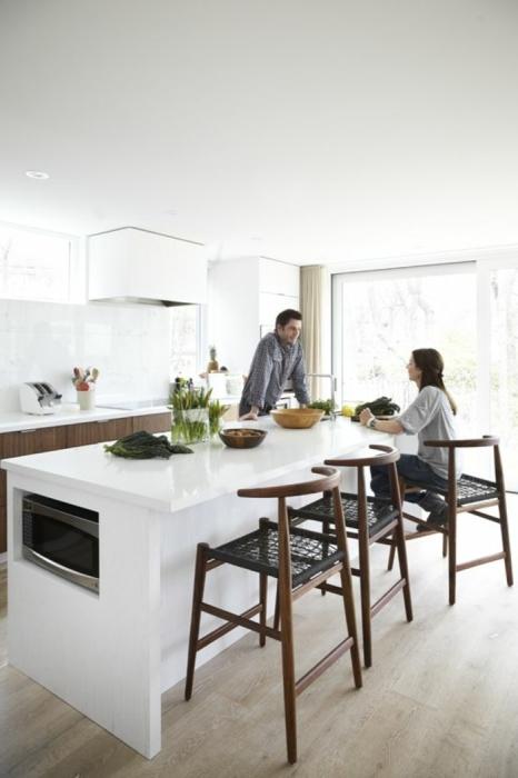 Современная и стильная малогабаритная кухня с минимальным количеством кухонной гарнитуры.