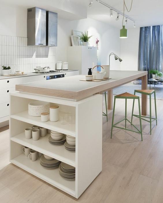 Металлические и деревянные элементы кухонного гарнитура придают современности классической белой кухне.