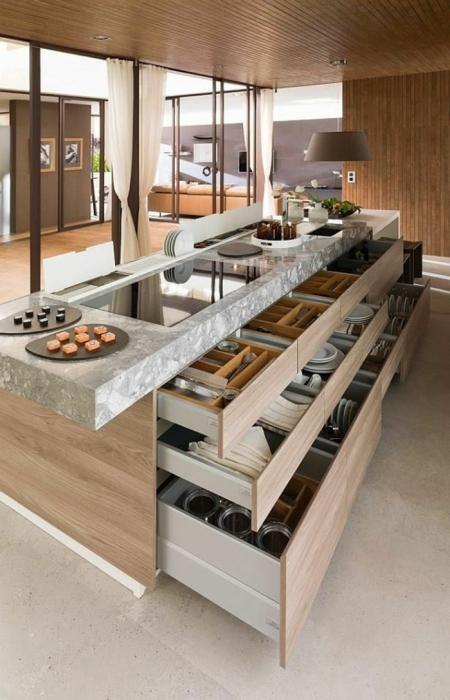 Большое количество встроенных шкафов позволят значительно сэкономить пространство в небольшом кухонном помещении.