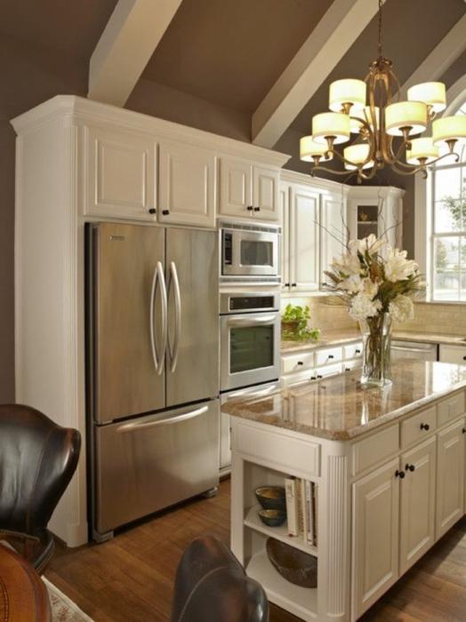 Фантастическая кухня с серыми стенами, современными шкафчиками и очаровательной обеденной зоной.