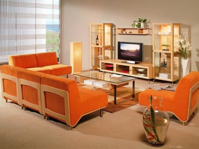 Необычная гостиная комната с яркими оранжевыми акцентами.
