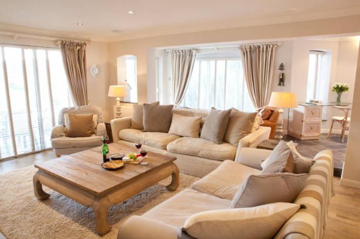 Великолепные идеи дизайна гостиной комнаты в бежевых тонах.