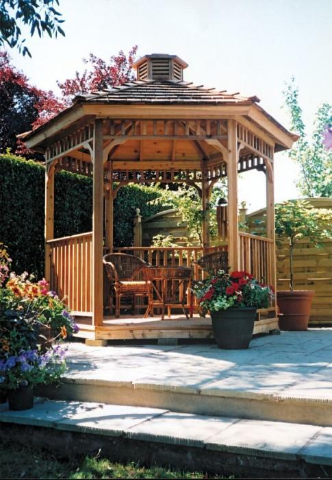 Комфортная деревянная беседка создаст укромный уголок в саду.