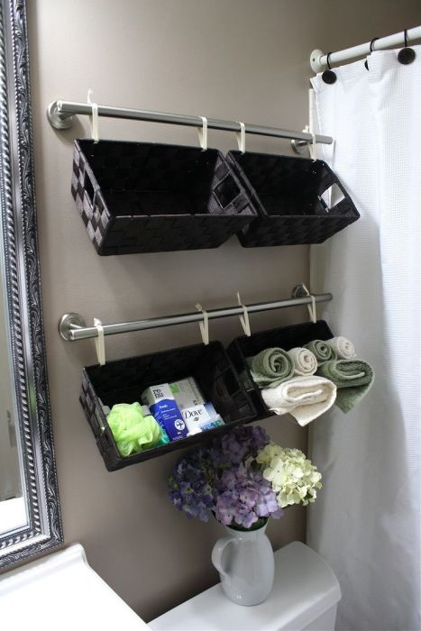 Навесные контейнеры для хранения косметических средств и банных полотенец в ванной комнате.