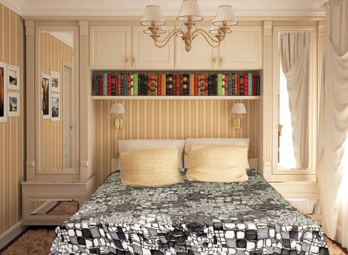Красивый интерьер маленькой спальной комнаты в бежевых тонах.