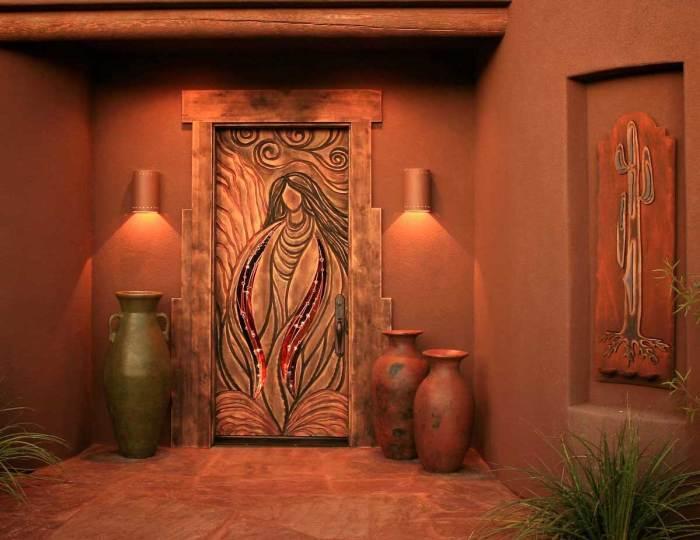 Резная деревянная межкомнатная дверь, которая создаёт благоприятную обстановку в помещении.