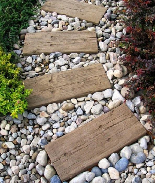 Традиционная насыпная дорожка из гравия и деревянных брусков.
