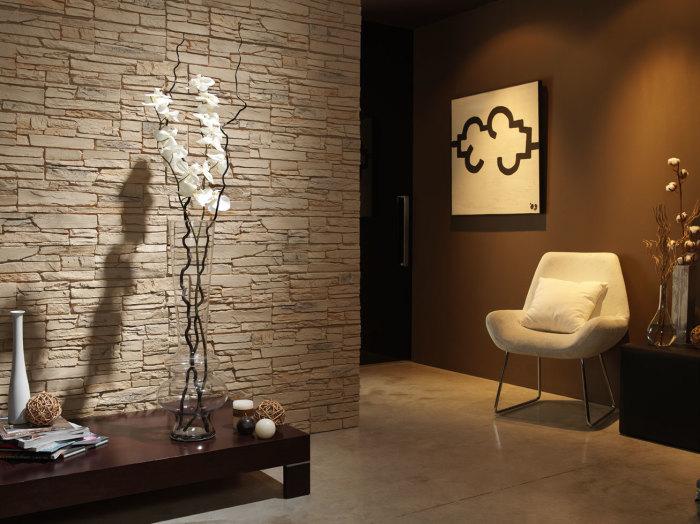 Литьевой декоративный камень в интерьере прихожей.