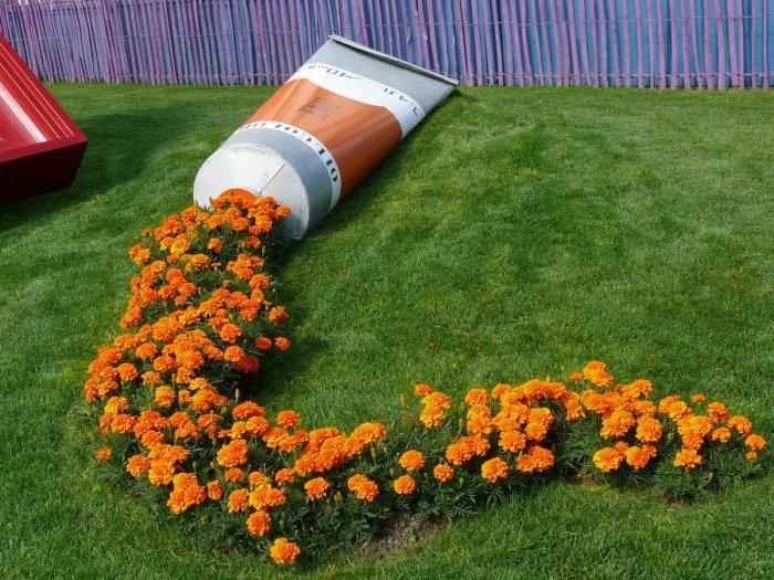 Цветущие растения отлично имитируют оранжевую краску, вытекающую из тюбика.