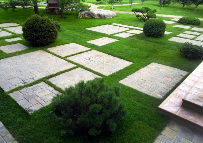 Декоративный камень для дачного участка всё чаще применяется профессиональными ландшафтными дизайнерами и обычными садоводами, которые привыкли учитывать все до мелочей.