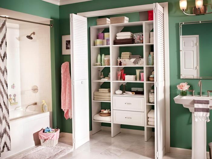 Встроенный в нишу шкаф может стать единственным правильным решением для экономии пространства в ванной комнате малогабаритных размеров.