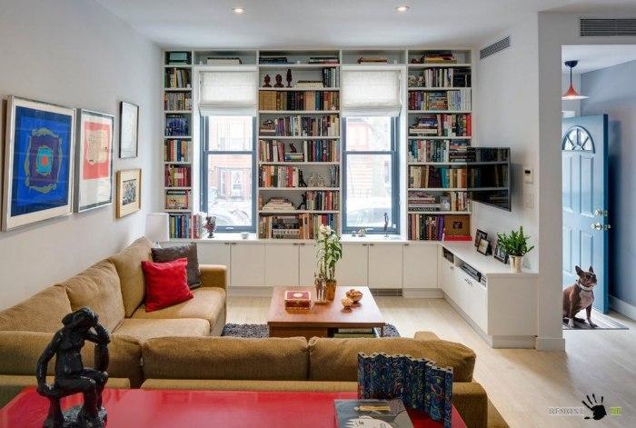 Встроенный стеллаж для книг вокруг окна позволит значительно сэкономить пространство в помещении.