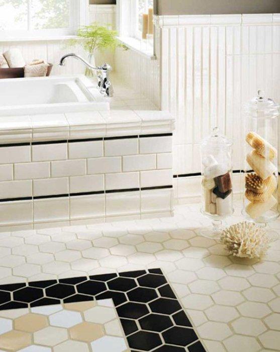 Интерьер современной ванной комнаты в черно-белых тонах.